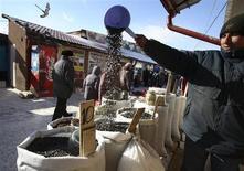 Прилавок с орехами и семечками на уличном рынке в Красноярске 15 марта 2008 года. Рост потребительских цен в России с 16 по 22 апреля 2013 года замедлился до 0,1 процента с 0,2 процента на предыдущей неделе, сообщил Росстат в среду. REUTERS/Ilya Naymushin