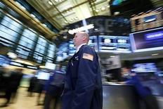 Wall Street ouvre sur une note stable mercredi, la publication des commandes de biens durables en baisse plus forte que prévu effaçant l'impact positif d'une série de bons résultats. A l'ouverture, l'indice Dow Jones gagne 0,12%, le Standard & Poor's 500 prend 0,13% et le Nasdaq Composite est inchangé. /Photo prise le 23 avril 2013/REUTERS/Brendan McDermid
