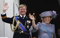 Netherlands' Queen Beatrix (R) and her son Crown Prince Willem-Alexander wave to well-wishers from the balcony of the Royal Noordeinde Palace after opening the new parliamentary year in The Hague in this September 21, 2010 file photo. REUTERS/Jerry Lampen/Files