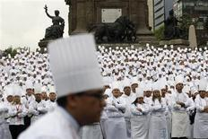 """Chefs posam para fotos em frente ao monumento """"Anjo da Independência"""", na Cidade do México, em março. Receitas de chefs famosos podem fazer mal à saúde, indica pesquisa. 16/03/2013 REUTERS/Bernardo Montoya"""