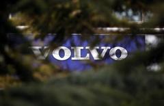 Volvo a annoncé jeudi une hausse inattendue de ses prises de commandes dans des marchés clés semblant sortir du marasme qui a fait plonger les résultats du deuxième constructeur mondial de poids lourds au premier trimestre. /Photo prise le 21 mars 2013/REUTERS/Kim Kyung-Hoon