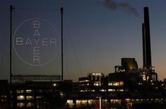 Bayer a enregistré une hausse de 0,4% de son excédent brut d'exploitation au premier trimestre, le niveau élevé des prix des matières premières dans ses activités chimiques et plastiques ayant occulté la vigueur de la demande de pesticides. /Photo prise le 30 janvier 2013/REUTERS/Ina Fassbender