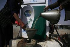 Мужчина наполняет канистру бензином, привезенным, по его словам, из Ирана, на бензоколонке в окрестностях Кветты 13 февраля 2013 года. Цены на нефть Brent поднялись выше $102 за баррель в связи с резким падением запасов бензина в США. REUTERS/Naseer Ahmed