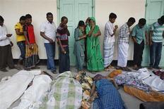 Люди оплакивают своих родственников, погибших при обрушении здания Rana Plaza building в пригороде Дакки, Саваре, 25 апреля 2013 года. По меньшей мере 175 человек, большей частью женщины, погибли в результате обрушения здания в Бангладеш, и под завалами находится еще много людей, сообщили спасатели. REUTERS/Andrew Biraj