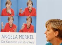 """Канцлер Германии Ангела Меркель на презентации книги """"Angela Merkel: Die Kanzlerin und ihre Welt"""" (""""Ангела Меркель: Канцлер и ее мир"""") немецкого журналиста Штефана Корнелиуса в Берлине 22 апреля 2013 года. Германия отвергает, по крайней мере, в настоящее время, стандартизированную панъевропейскую систему гарантирования банковских вкладов, сказала канцлер Ангела Меркель. REUTERS/Fabrizio Bensch"""