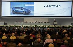 Volkswagen pense que 2013 sera une année rude mais le constructeur allemand reste persuadé que la situation peut s'améliorer au second semestre grâce à une croissance persistante à l'étranger. /Photo prise le 25 avril 2013/REUTERS/Fabian Bimmer