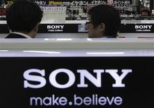 Sony a relevé de plus de 75% sa prévision de bénéfice d'exploitation 2012/2013, après la prise en compte de plus-values sur la vente de son siège social à New York et d'autres cessions, ainsi que la revalorisation d'une participation, qui ont permis au groupe japonais de compenser les pertes des activités d'électronique grand public. /Photo prise le 6 février 2013/REUTERS/Shohei Miyano