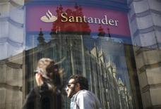 Santander, la première banque de la zone euro, a dégagé au premier trimestre un bénéfice net inférieur aux attentes et en baisse de 25,9%, pénalisé entre autres par la dégradation de sa rentabilité en Amérique latine et au Royaume-Uni. /Photo prise le 25 avril 2013/REUTERS/Paul Hanna