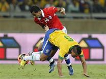 Ralf perde a bola em disputa com o chileno Cesar Cortes durante o amistoso Brasil x Chile no Mineirão, em Belo Horizonte. 24/04/2013 REUTERS/Sergio Moraes