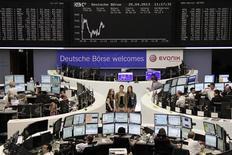 Les Bourses européennes progressent légèrement jeudi à mi-séance, après cinq séances de hausse d'affilée sur des anticipations de baisse des taux de la BCE, les marchés se focalisant surtout sur une nouvelle avalanche de résultats trimestriels. Vers 13h10, le CAC 40 gagne 0,18% à Paris, le Dax prend 0,69% à Francfort et le FTSE avance de 0,07% à Londres. /Photo prise le 25 avril 2013/REUTERS/Remote/Lizza David