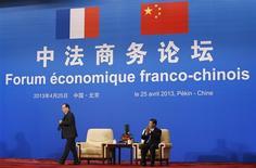 François Hollande et le président chinois Xi Jinping au Forum économique franco-chinois à Pékin. Areva fait partie des entreprises françaises qui ont annoncé jeudi la signature de plusieurs accords avec des entreprises chinoises. Le groupe public a signé avec CNNC et CGNPC une lettre d'intention dans le domaine du nucléaire civil. /Photo prise le 25 avril 2013/REUTERS/Kim Kyung-Hoon