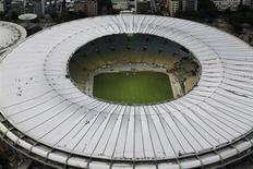Vista aérea dos retoques finais da instalação do teto do estádio do Maracanã, no Rio de Janeiro, em 9 de abril. Foram quase 900 milhões de reais gastos, adiamentos na entrega da obra, disputa na Justiça e vários protestos, até de índios. 09/04/2013 REUTERS/Ricardo Moraes