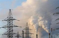 Трубы Пермского моторного завода в Перми 6 декабря 2009 года. Министерство экономики предложило замедлить рост тарифов энергосетевых монополий РФ, оптимизировав их инвестпрограммы, а также ограничить подъем цен на газ для промышленности в 2014 и 2015 годах, сказал источник в ведомстве. REUTERS/Denis Sinyakov