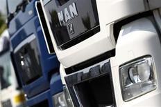 Le groupe allemand MAN publie une perte opérationnelle nettement plus lourde que prévu, à 82 millions d'euros, pour le premier trimestre 2013, en raison de la morosité des marchés européens des poids lourds. /Photo d'archives/REUTERS/Alex Domanski