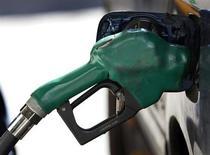 Заправочный пистолет торчит из бака автомобиля в Нью-Йорке, 22 февраля 2011 года. Цены на нефть снижаются, поскольку инвесторы озабочены слабыми прогнозами экономического роста США и Китая - крупнейших потребителей нефти. REUTERS/Shannon Stapleton