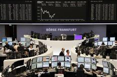 Les Bourses européennes ont accentué leur baisse vendredi à mi-séance, dans un regain de prudence sur les actifs à risque avant la première estimation du PIB américain et après une nouvelle série de résultats mitigés. À Paris, le CAC 40 perd 0,95% à 3.803,97 points vers 11h10 GMT. À Francfort, le Dax cède 0,34% et à Londres, le FTSE 0,52%./Photo prise le 26 avril 2013/REUTERS/Remote/Lizza David