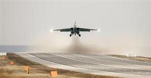Белорусский истребитель Su-25 взлетает в районе села Победное под Минском 1 апреля 2010 года. Президент Белоруссии сказал, что не давал согласия на открытие российской военной авиабазы, о намерении разместить которую в граничащем с НАТО союзном государстве заявил министр обороны России. REUTERS/Vasily Fedosenko
