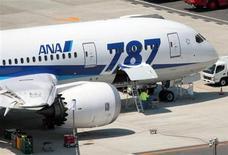La compagnie aérienne japonaise All Nippon Airways (ANA) organisera dimanche un premier vol test d'un Boeing 787, alors que tous les Dreamliner en exploitation dans le monde sont immobilisés depuis janvier à la suite de deux incidents. /Photo prise le 22 avril 2013/REUTERS/Kyodo