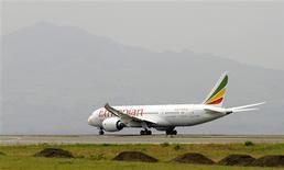 Ethiopian Airlines a été samedi la première compagnie aérienne à faire voler à nouveau un Boeing 787 Dreamliner. L'appareil a quitté Addis-Abeba (photo) dans la matinée pour se poser à Nairobi juste après 09h30 GMT. /Photo prise le 27 avril 2013/REUTERS/Tiksa Negeri