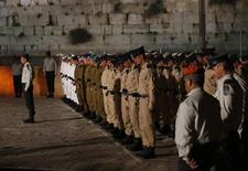 Israeli soldiers stand still as a siren sounds nationwide during a ceremony marking Memorial Day at the Western Wall in Jerusalem's Old City April 14, 2013. REUTERS/Baz Ratner