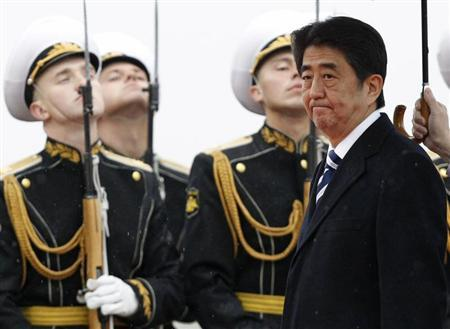 Japan's Prime Minister Shinzo Abe inspects the honour guard during a welcoming ceremony upon his arrival at Moscow's Vnukovo airport April 28, 2013. REUTERS/Sergei Karpukhin
