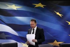 Министр финансов Греции Яннис Стурнарас перед началом пресс-конференции в Афинах, 16 апреля 2013 года. Греческие законодатели в воскресенье одобрили закон о реформах, который позволит им получить кредит на сумму около 8,8 миллиарда евро от Евросоюза и Международного валютного фонда. REUTERS/Yorgos Karahalis