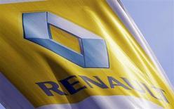 Renault (+3,02% à 53,94 euros) signe la plus forte hausse du CAC 40 à la mi-séance, après avoir annoncé que la prochaine Micra de Nissan serait produite à Flins. /Photo prise le 1er mars 2013/REUTERS/Régis Duvignau