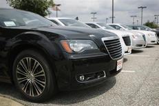 Chrysler, filiale du groupe automobile italien Fiat, affiche pour le premier trimestre 2013 un bénéfice net en baisse de 65% à 166 millions de dollars, contre 473 millions à la même époque de l'an dernier. /Photo d'archives/REUTERS/Gary Cameron