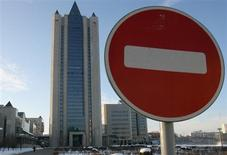 Дорожный знак на фоне центрального офиса Газпрома в Москве 4 января 2006 года. Министр экономики РФ подтвердил предложения своего ведомства ограничить рост тарифов на газ пятью процентами и на транспортировку электроэнергии - 6-7 процентами с 2014 года. REUTERS/Grigory Dukor