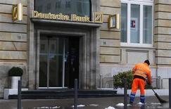 Deutsche Bank publie un bénéfice imposable trimestriel de 2,4 milliards d'euros, supérieur aux attentes, la réduction des coûts ayant plus que compensé le recul des revenus dans ses activités de banque d'investissement. /Photo prise le 28 janvier 2013/REUTERS/Kai Pfaffenbach
