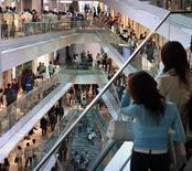 Les dépenses des ménages japonais ont augmenté de 5,2% en mars sur un an, en hausse pour le troisième mois consécutif et bien plus importante qu'attendu, selon le ministère des Affaires internes. /Photo d'archives/REUTERS/Toshiyuki Aizawa -