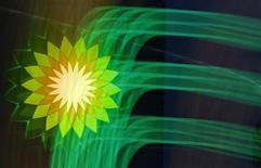 Логотип BP на заправке в Санкт-Петербурге, 18 октября 2012 года. Квартальная прибыль британской нефтяной компании BP Plc почти на $1 миллиард превысила прогноз благодаря высокой рентабельности проектов, введенных в строй в конце 2012 года, и хорошим показателям торгового подразделения. REUTERS/Alexander Demianchuk