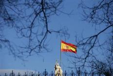 Флаг Испании развивается на здании Национальной библиотеки в Мадриде, 13 марта 2013 года. Экономика Испании в первом квартале 2013 года сократилась седьмой квартал подряд, и рецессия, как ожидается, продолжится в следующем году, свидетельствуют предварительные данные Национального института статистики. REUTERS/Juan Medina