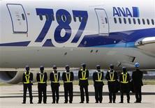 Les compagnies japonaises All Nippon Airlines (ANA) et Japan Airlines (JAL) ont estimé mardi que l'interdiction de vol subie pendant trois mois par le 787 Dreamliner de Boeing avait diminué au total leurs bénéfices d'exploitation de 10,5 milliards de yens (110 millions de dollars ou 82 millions d'euros). /Photo prise le 28 avril 2013/REUTERS/Yuya Shino