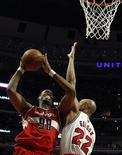 Pivô do Washington Wizards Jason Collins em partida contra o Chicago Bulls na temporada 2012/2013 da NBA, em Chicago. 17/04/2013 REUTERS/Jim Young