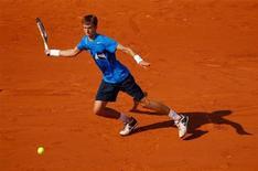 Российский теннисист Андрей Кузнецов отбивает мяч в поединке против француза Жо-Вилфрида Цонга на Ролан Гаррос в Париже 27 мая 2012 года. Андрей Кузнецов не смог выйти во второй круг турнира Oeiras Open, проходящего в Португалии. REUTERS/Benoit Tessier