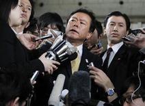 """Governador de Tóquio, Naoki Inose, é cercado por repórteres no quartel-general do governo metropolitano de Tóquio. Inose, que lidera a candidatura da cidade para sediar a Olimpíada de 2020, pediu desculpas nesta terça-feira pelos comentários """"inapropriados"""" que fez sobre a candidata rival Istambul e os países islâmicos. 30/04/2013. REUTERS/Yuya Shino"""