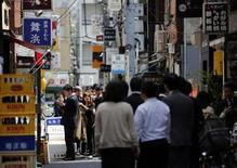 People queue up for their lunch in front of restaurants in Tokyo April 11, 2013. REUTERS/Issei Kato