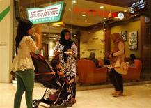 Dans un centre commercial de Djakarta. La confiance du consommateur dans le monde a augmenté au premier trimestre et, avec un indice à 122 en hausse de cinq points, l'Indonésie a ravi à l'Inde la place du pays où il est le plus optimiste. /Photo prise le 15 février 2013/REUTERS/Beawiharta