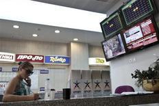 La Grèce a annoncé mercredi la cession d'une partie de sa participation dans Opap, le monopole des jeux, après que le dernier prétendant en lice, le fonds Emma Delta, a relevé son offre. Le produit total de l'opération s'élève à 712 millions d'euros. /Photo prise le 1er mai 2013/REUTERS/Yorgos Karahalis