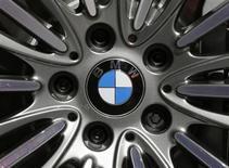 BMW a fait état jeudi d'un recul moins marqué que prévu de son résultat opérationnel du premier trimestre, qui s'est établi à deux milliards d'euros alors que les analystes financiers interrogés par Reuters avaient anticipé 1,834 milliard. /Photo d'archives/REUTERS/Christian Hartmann