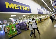 Le groupe allemand de grande distribution Metro a réussi à dégager un bénéfice au premier trimestre grâce à une amélioration de l'activité de ses magasins sur son marché domestique. /Photo prise le 18 mars 2013/REUTERS/Wolfgang Rattay