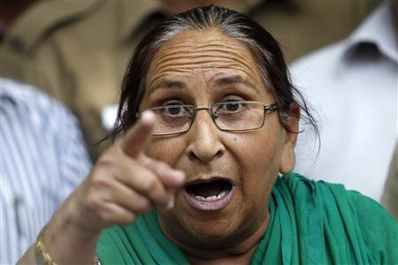 Dalbir Kaur, sister of Sarabjit Singh, who was convicted of spying for India and sentenced to death in Pakistan, gestures while speaking with the media in New Delhi May 2, 2013. REUTERS/Anindito Mukherjee