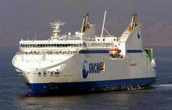 La Commission européenne a exigé jeudi le remboursement de 220 millions d'euros d'aides publiques versées à la Société nationale Corse-Méditerranée (SNCM), car elle juge ces subventions contraires à la concurrence. Cette décision, prise après une plainte déposée par le directeur général de Corsica Ferries, Pierre Mattéi, pourrait fragiliser la compagnie maritime. /REUTERS/Photo d'archives