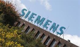 Siemens revoit en légère baisse ses prévisions annuelles en raison d'une demande qui reste mitigée dans le secteur industriel et d'un bénéfice trimestriel plombé par des charges passées sur certains projets. Le conglomérat allemand prévoit par ailleurs de mettre sa filiale d'éclairages Osram en Bourse au début du mois de juillet. /Photo d'archives/REUTERS/Fabrizio Bensch