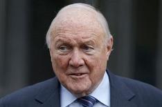 Apresentador britânico Stuart Hall deixa o tribunal de magistrados de Preston, norte da Inglaterra. Hall, de 83 anos, admitiu na quinta-feira ter cometido crimes sexuais, um acusação que já recaiu sobre outras personalidades de tevê britânicas das décadas de 1970 e 80. 7/02/2013. REUTERS/Phil Noble