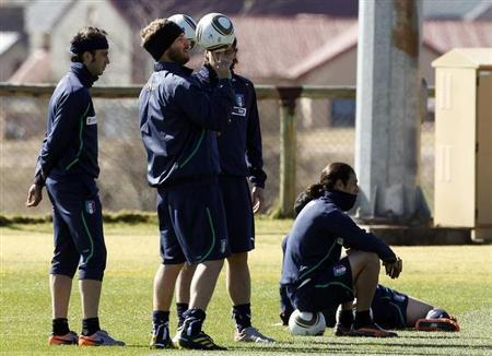 Italy's Daniele De Rossi (C) plays with the ball near his team mates Giampaolo Pazzini (L), Riccardo Montolivo and Mauro Camoranesi (R) during the training session in Irene June 19, 2010. REUTERS/Stefano Rellandini/Files