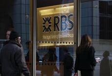 Royal Bank of Scotland a déclaré que l'Etat britannique risquait de subir une perte lorsqu'il commencerait à se désengager de son capital, éventualité qui pourrait se matérialiser dès l'an prochain. Londres a injecté 45,5 milliards de livres (54 milliards d'euros) dans RBS pour la maintenir à flot durant la crise financière de 2008, moyennant 82% de son capital, et pour l'instant, l'Etat doit composer avec une perte latente de 18,5 milliards de livres. /Photo d'archives/REUTERS/Stefan Wermuth