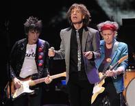 """Ronnie Wood (E), Mick Jagger e Keith Richards fazem show final da turnê dos Rolling Stones """"50 and Counting """" em Newark, Nova Jersey, em dezembro de 2012. 15/12/2012 REUTERS/Carlo Allegri"""