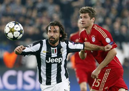 Bayern Munich's Thomas Mueller (R) and Andrea Pirlo of Juventus fight for the ball during their Champions League quarter-final second leg soccer match at the Juventus stadium in Turin April 10, 2013. REUTERS/Alessandro Garofalo